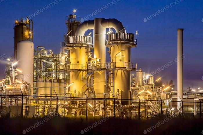 Fábrica de Química Industrial Pesada por la Noche