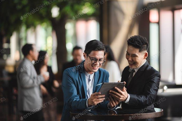 persona de negocios hablando y trabajando en la tableta