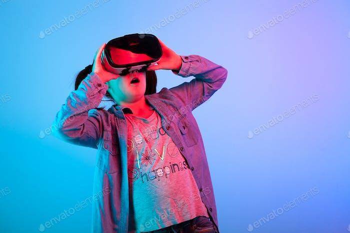 Junges Mädchen beobachten einen Film auf VR-Headset