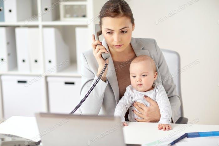 Geschäftsfrau mit Baby Anruf am Telefon im Büro