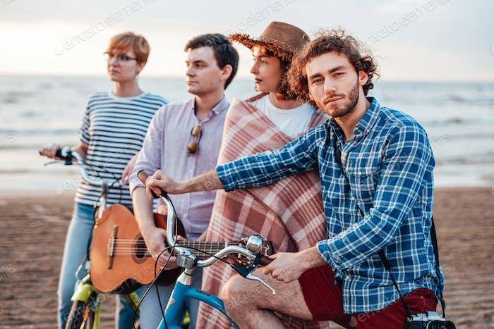 Freunde am Strand mit ihren Fahrrädern