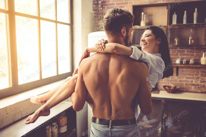 Sexy junges Paar in der Küche