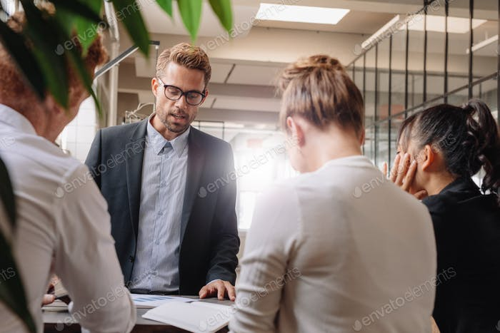 Geschäftsmann erklärt neue Geschäftsstrategie an Kollegen