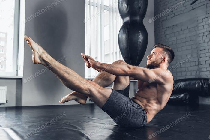 Der Athlet trainiert hart im Fitnessstudio. Fitness und gesundes Lebenskonzept.