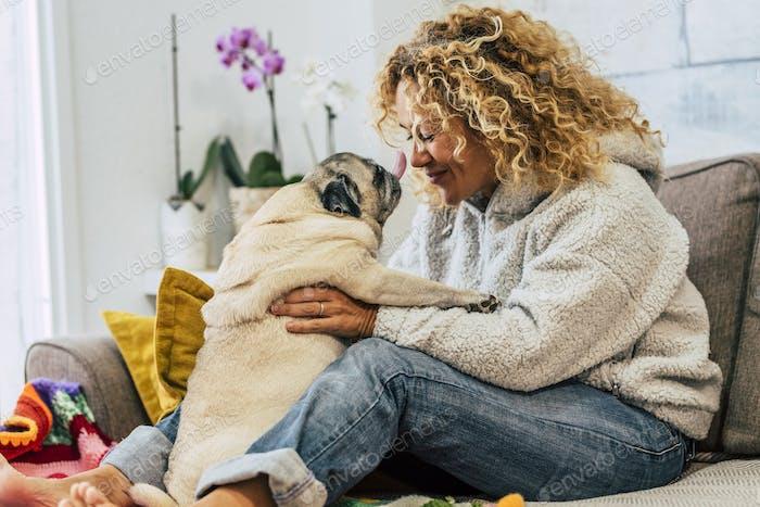 Actividad feliz juguetona en casa con humanos y perros