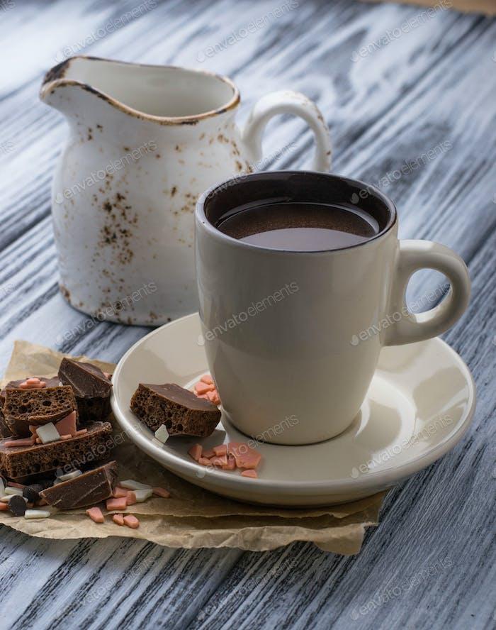Tasse heiße Schokolade und Schokoladenstückchen