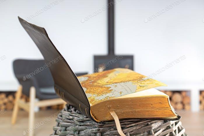 Offenes Buch Bible, auf dem Hintergrund des Wohnzimmers.