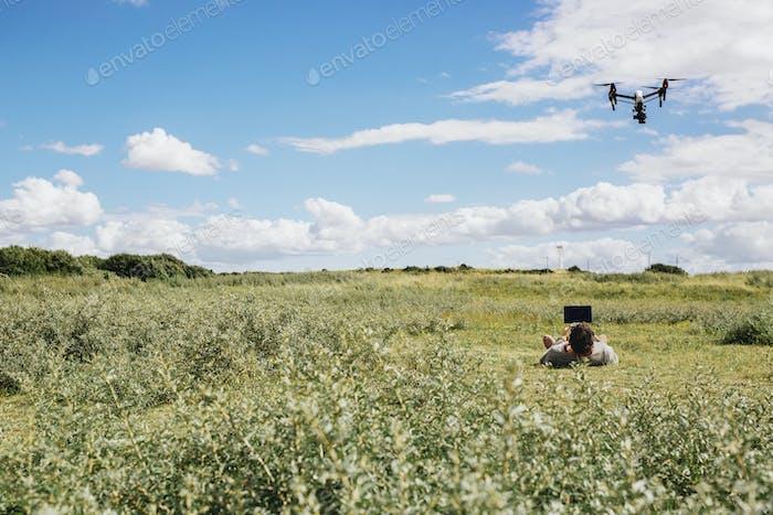 Mann fliegende Drohne mit Fernbedienung