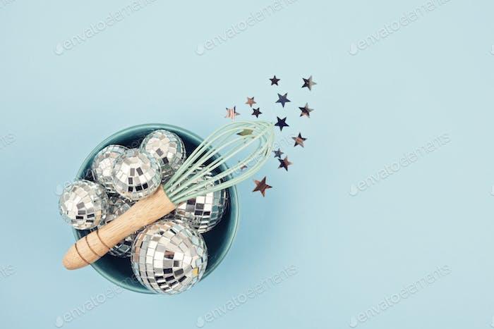Flach legen mit Discokugeln in der Schüssel mit Schneebesen. Party, Spaß, Feier planen