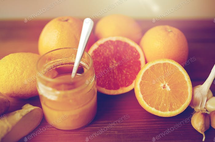 miel, cítricos, jengibre y ajo en madera