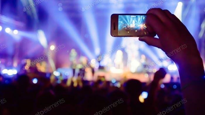 Фанат фотографировал концерт