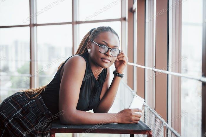 Молодая афроамериканка женщина в стильной одежде