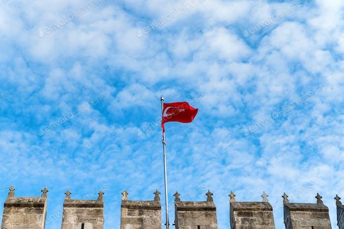 Die Flagge der Türkei, offiziell die türkische Flagge am Topkapi-Tor