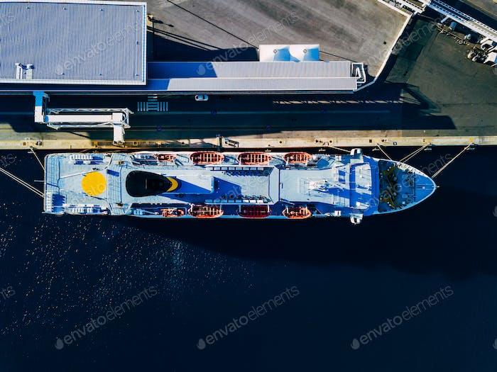 Luftaufnahme des großen Kreuzfahrtschiffs in der Nähe des Hafens in Italien