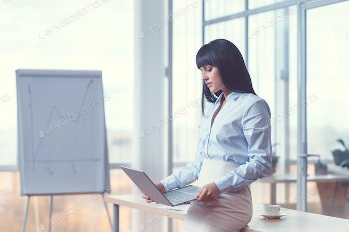 Junge Geschäftsfrau bei der Arbeit