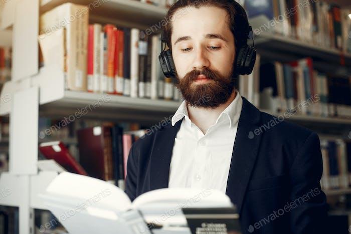 gut aussehende Kerl Studie bei die Bibliothek