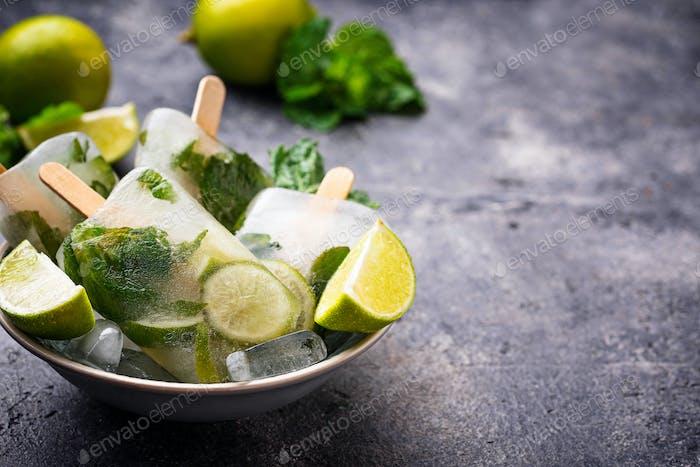 Mojito Cocktail Eis am Stiel mit Minze, Limette und Rum
