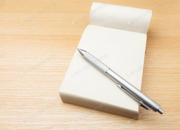 Notizblock und Stift auf dem Tisch