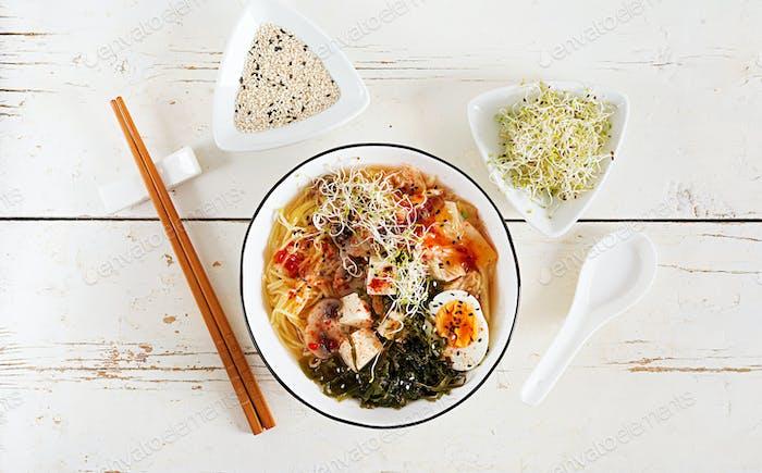 Miso Ramen Asiatische Nudeln mit Kohlkimchi, Algen, Ei, Pilzen und Käsetofu