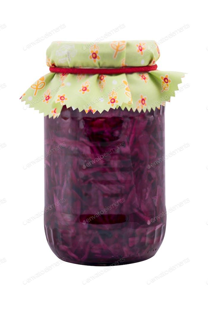 Tarro con col roja fermentada y conservada, aislado en blanco