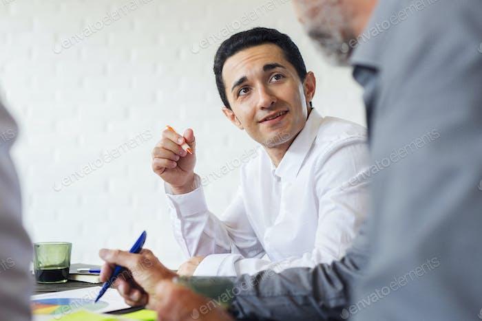 Geschäftsleute analysieren Diagramme während des Meetings