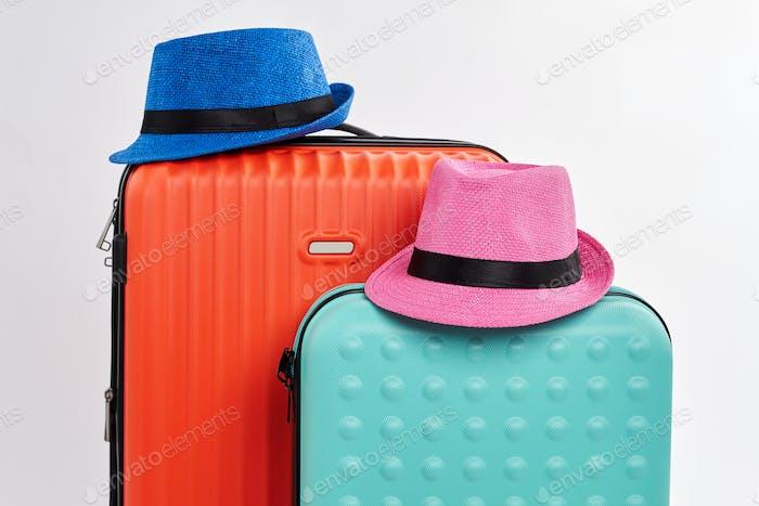 Zwei Hüte und zwei Koffer