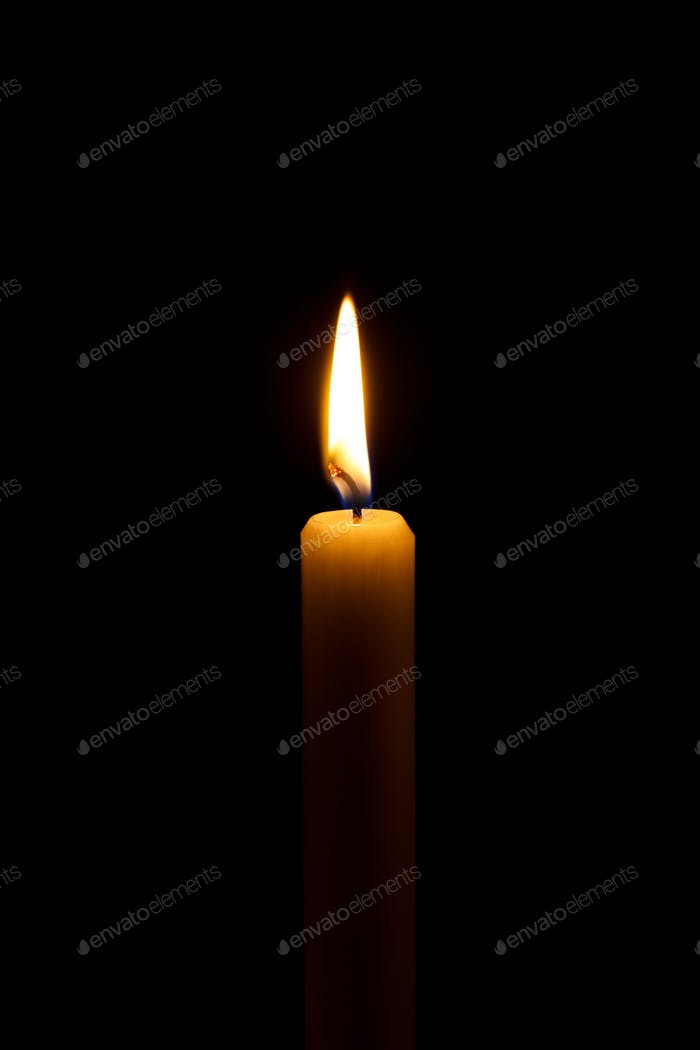 brennendes Kerzenlicht in einer Kirche