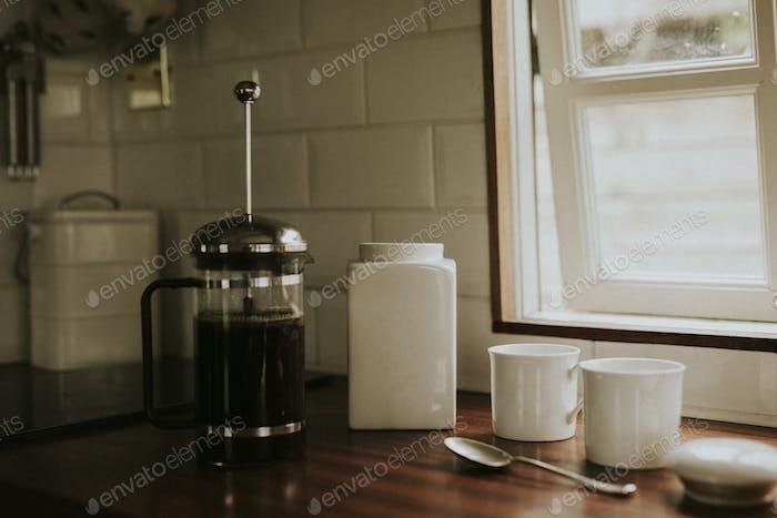 Französischer Pressekaffee zum Frühstück in der Küche