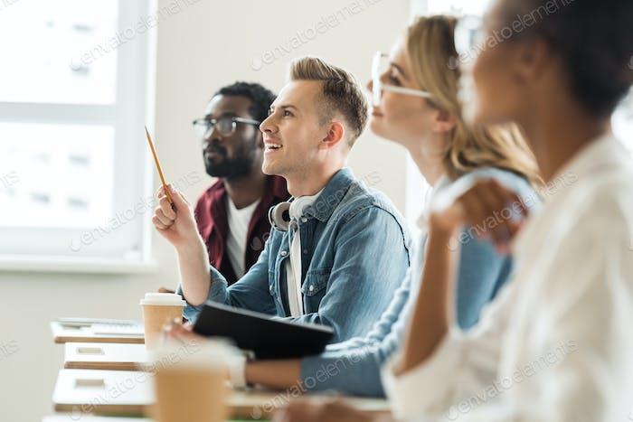 enfoque selectivo de cuatro estudiantes multiétnicos en la universidad