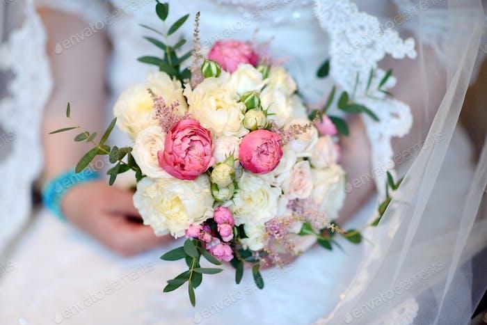 Schöne Braut hält eine Hochzeit bunte Blumenstrauß