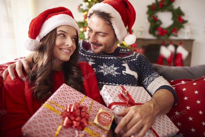 Paar verliebt mit Weihnachtsgeschenken