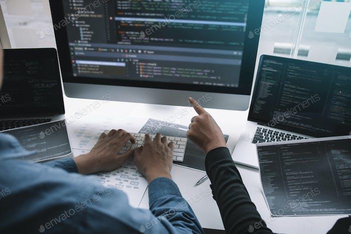 Programador de desarrollo profesional que coopera sitio web de programación de reuniones