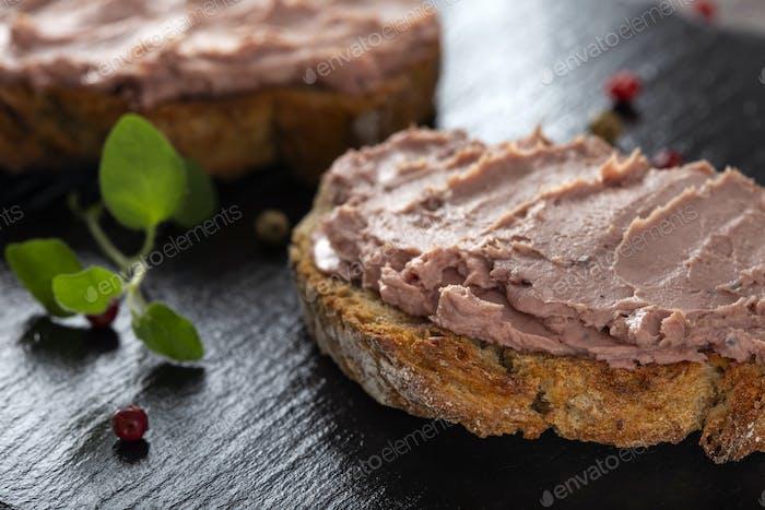 Offene Sandwiches mit Pastete
