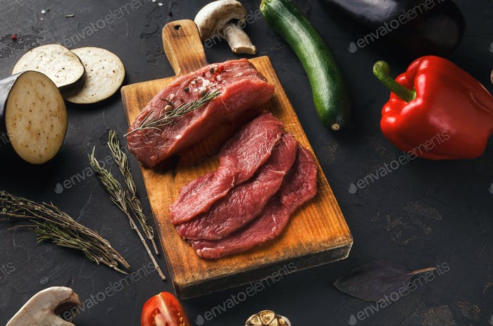 Rohes Rindfleischfilet Mignon Steaks auf Holzbrett