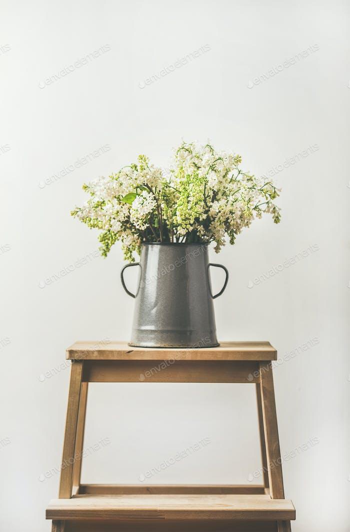 Frühlingsstrauß von weißen Flieder in Vintage-graue Emaille-Vase