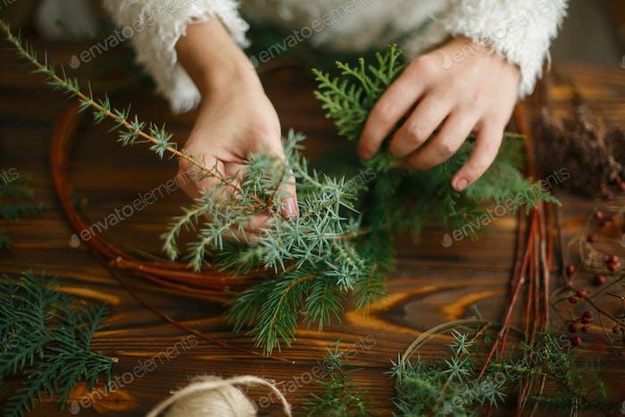 Herstellung rustikaler Weihnachtskranz, Feiertags-Advent.