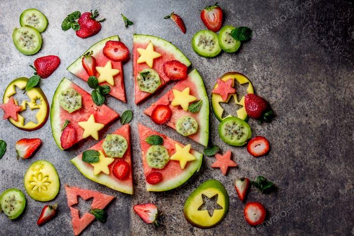 Frucht-Pizza aus Wassermelone, Mango, Beeren und Cuktusfrucht