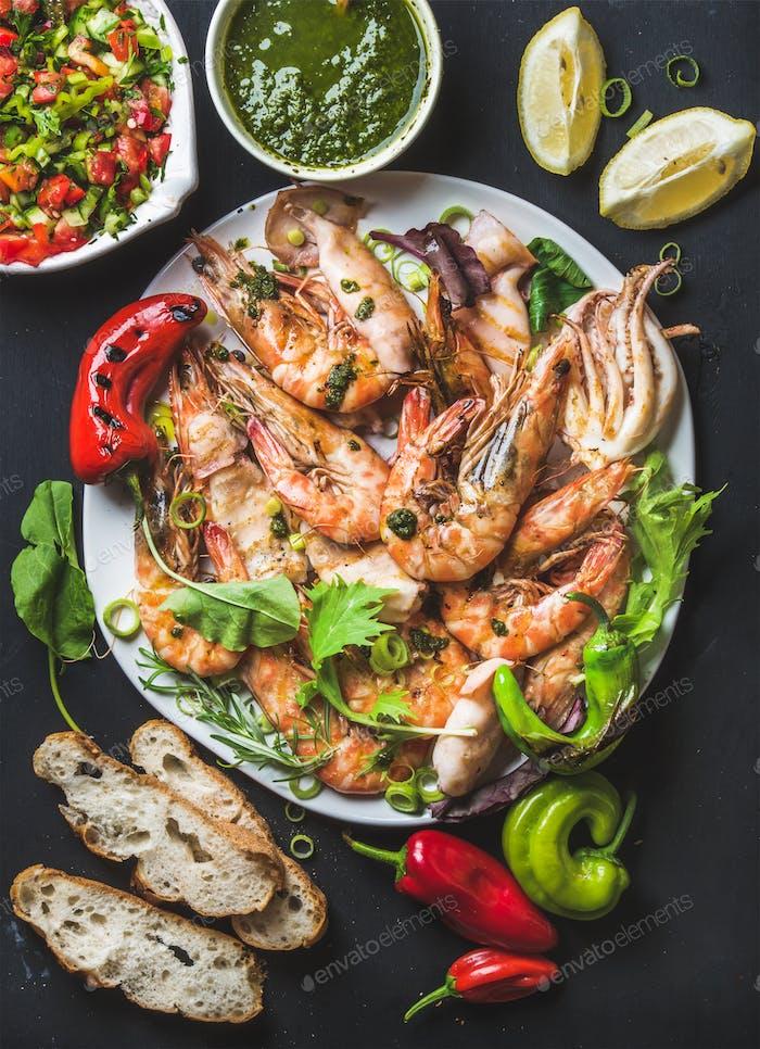 Teller mit gerösteten Tigergarnelen und Kraken Stücke