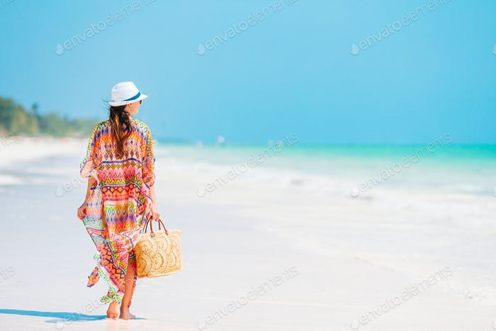 Junge Mode Frau im grünen Kleid am Strand