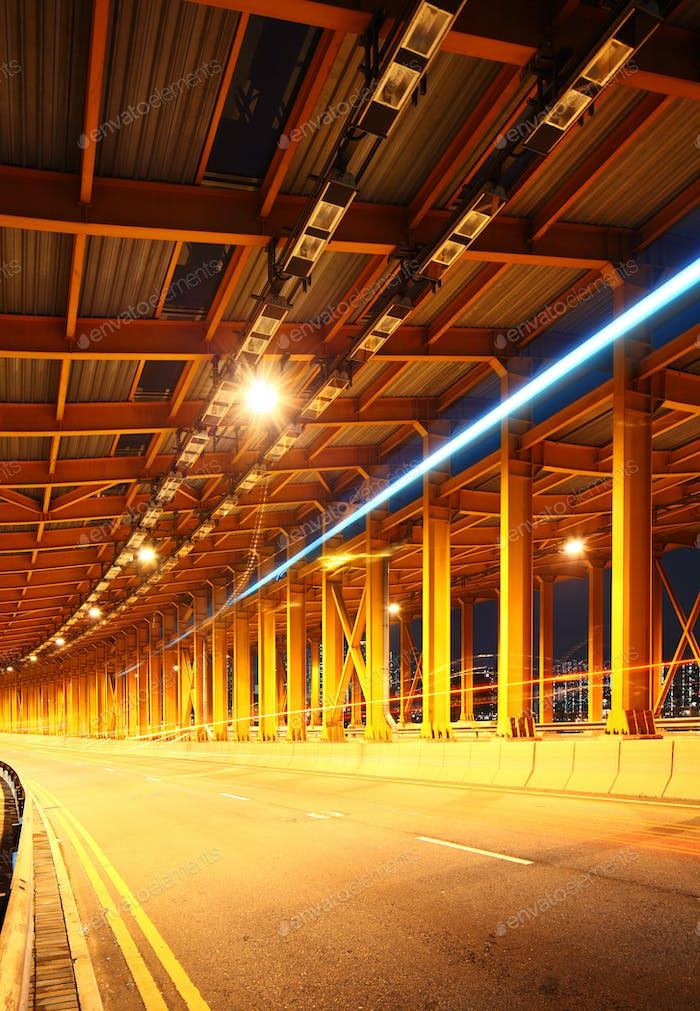 Túnel con luz de coche
