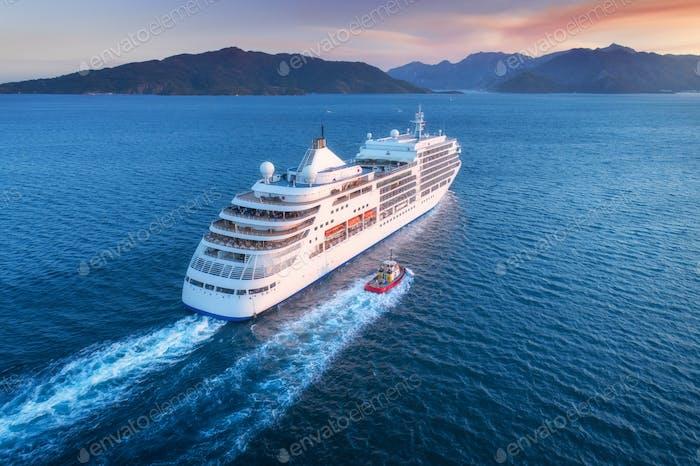 Luftaufnahme von schönen großen weißen Schiff bei Sonnenuntergang