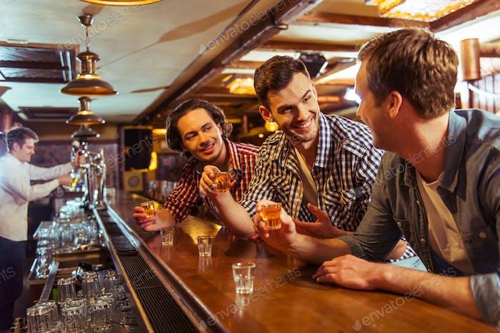 Hombres en el pub
