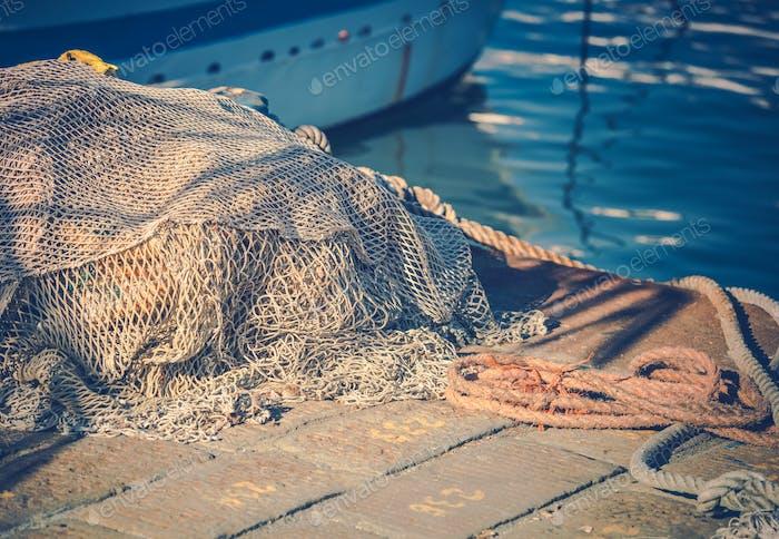 Redes de pesca en el puerto deportivo