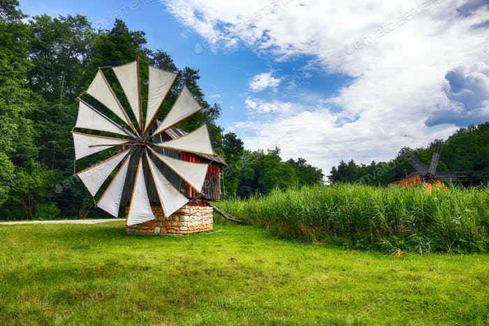 Erstaunliche Sommeransicht der traditionellen rumänischen Windmühle