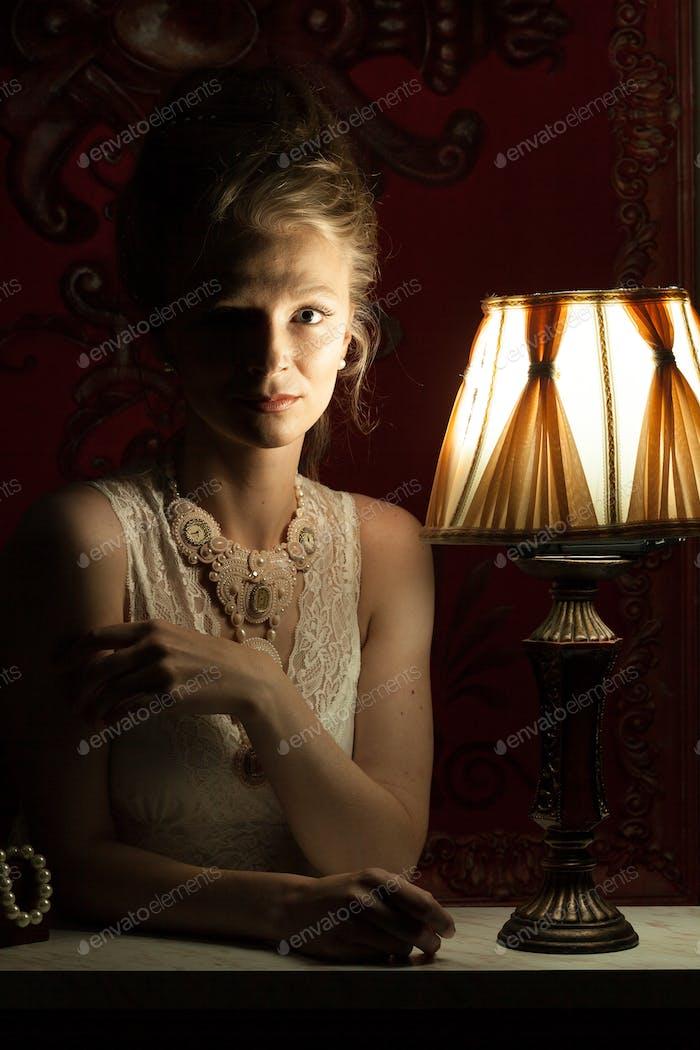 Schöne Frau im viktorianischen Kleid und Interieur