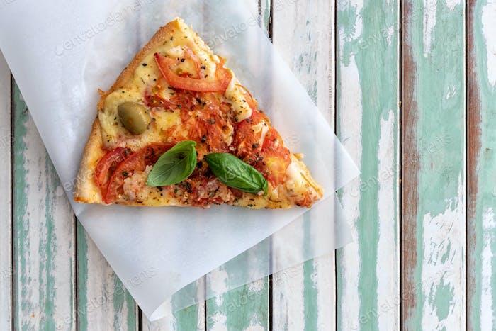 Holzbefeuerte Pizza von oben betrachtet