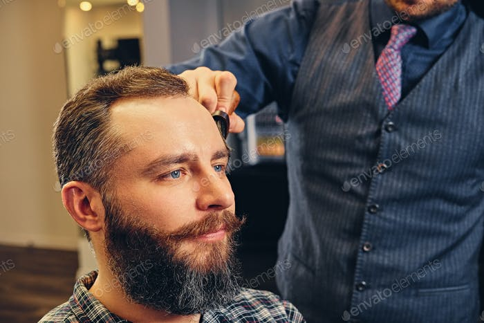 Портрет красивого случайного мужчины в парикмахерской.