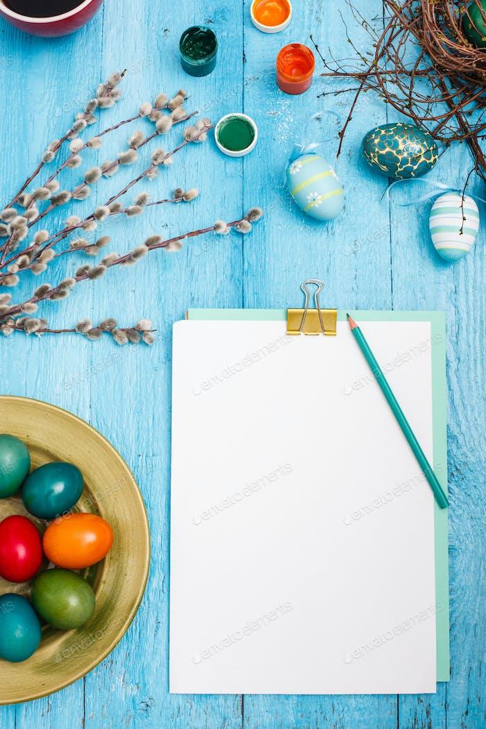 Die Draufsicht von Ostern auf Holztisch Büroarbeitsplatz