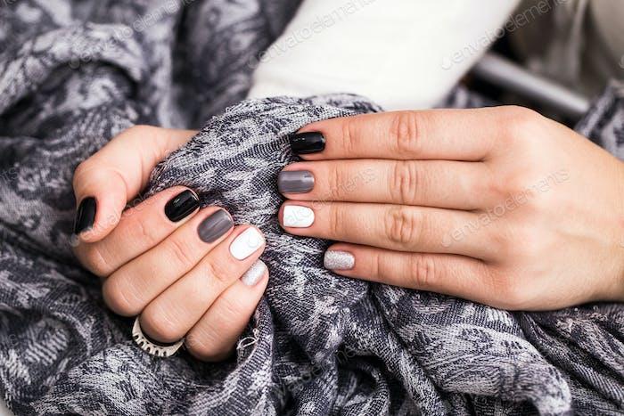 Frauenhände mit einer stilvollen Maniküre
