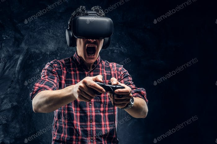 Teenager spielt das Spiel mit virtuellen Brillen